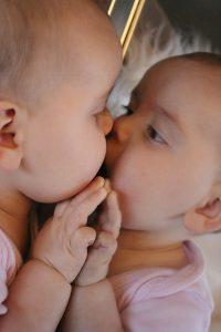 Baby küsst eigenes Spiegelbild